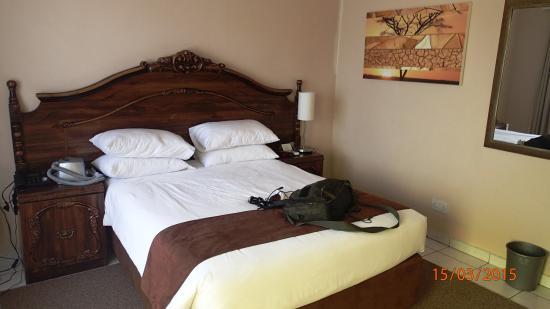 Cresta Jwaneng Hotel: Room bed