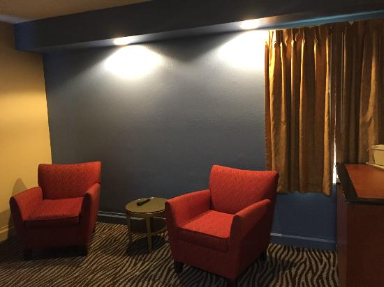 Excel Inn & Suites: Suite Sitting Area