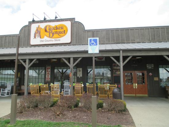 Cracker Barrell Old Country Store: Outside Cave City