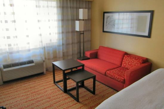 Courtyard by Marriott Fort Wayne Downtown at Grand Wayne Convention Center: Sofa in Room