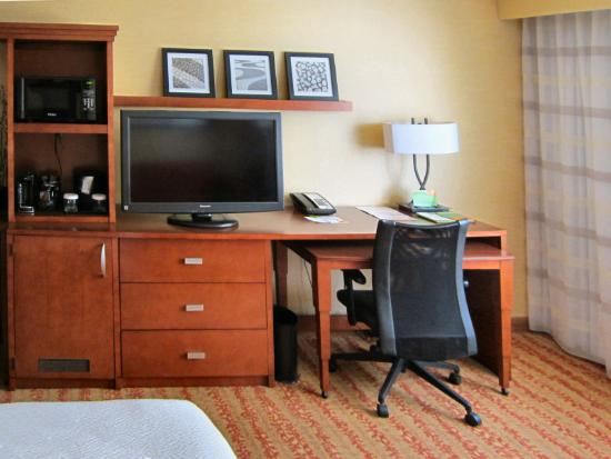Courtyard by Marriott Fort Wayne Downtown at Grand Wayne Convention Center: Desk, TV, Microwave and Mini-frig