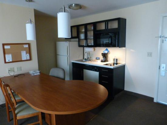 Candlewood Suites Louisville Airport: Kitchen/Dining area