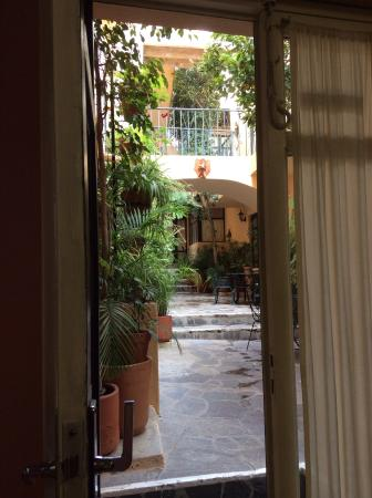 Villa Mirasol Hotel: Courtyard at Villa Mirasol