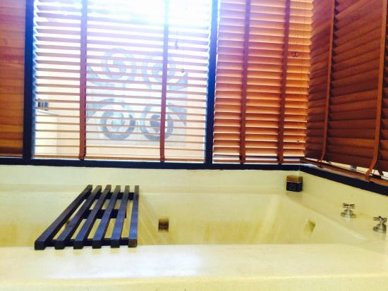 Asara Villa & Suite: อ่างอาบน้ำ มีเกลือสำหรับแช่ตัวไว้ให้ด้วยค่ะ