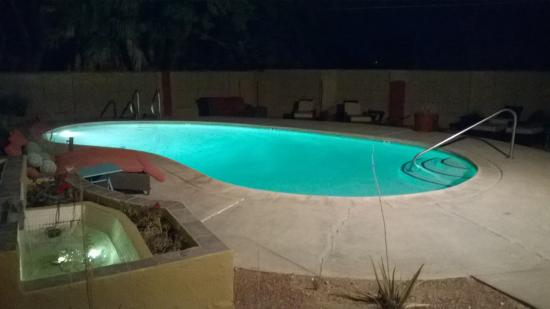 Nurturing Nest Mineral Hot Springs Retreat and Spa : Outdoor pool at night