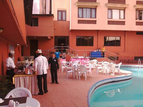 Hotel Vaishali : Pool Side Breakfast