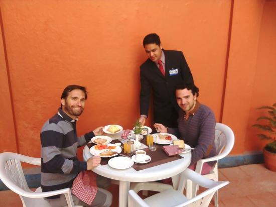 Hotel Vaishali: Guest Enjoying Breakfast in pool side