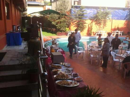 Hotel Vaishali: Breakfast in poolside