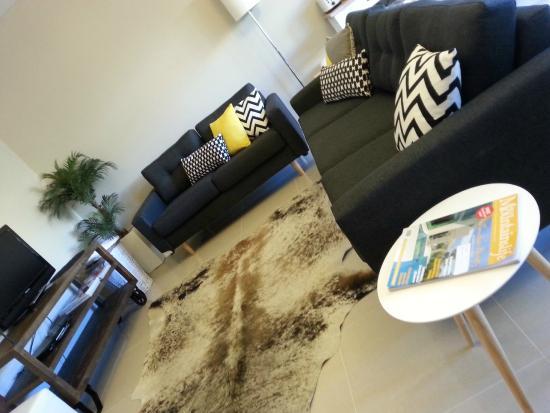 Seventy3 Boutique Accomodation: Contemporary lounge room