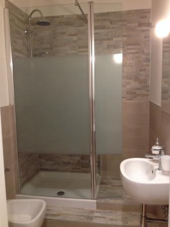 Bagno stretto con doccia design casa creativa e mobili - Bagno doccia vasca ...