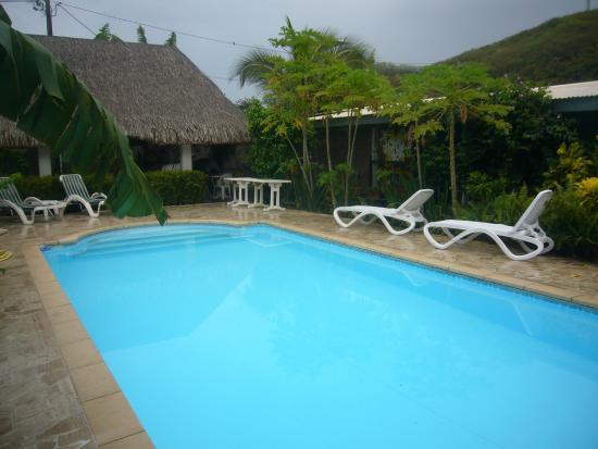 Petit d jeuner au bord de la piscine photo de pension de for Chambre 13 tahiti plage