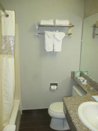 Beverly Inn: compact bathroom, plenty of hot water