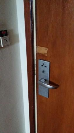 JA Residence Hotel: no safety catch and the lockset is in bad condition