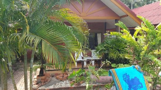 Green View Village Resort: Vue de notre chambre depuis la piscine chambre b2