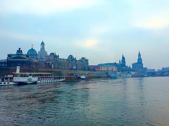 Schiffsanlegestelle Dresden: leaving the dock from downtown dresden