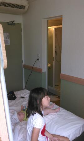 Ibis Budget Aix en Provence Les Milles: Дверь в туалет