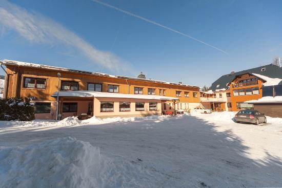 Pension und Gaststaette An der Erzgebirgsbahn: Pension von Hofseite im Winter