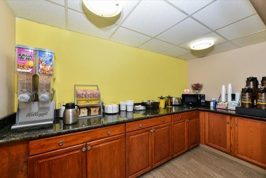 Super 8 by Wyndham Clarksville Northeast: Breakfast