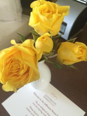 Jefferson Street Inn: Housekeeping left fresh flowers for me which was nice to see after a long day!