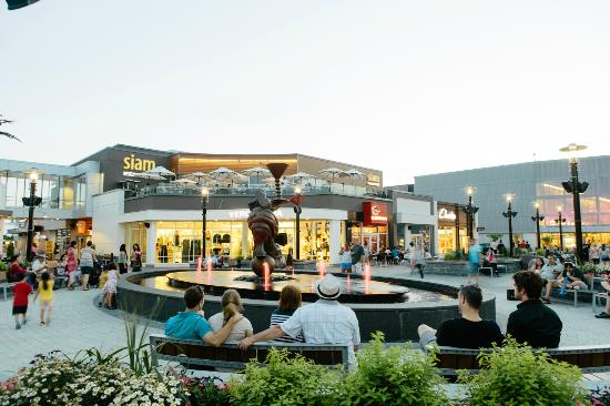 Brossard, Canada: View of the fountain in the Square