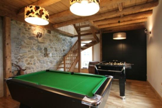 Reves de Montagne: Games room with table football and pool table