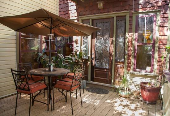 Beachside Boutique Inn: Wooden Castle front patio