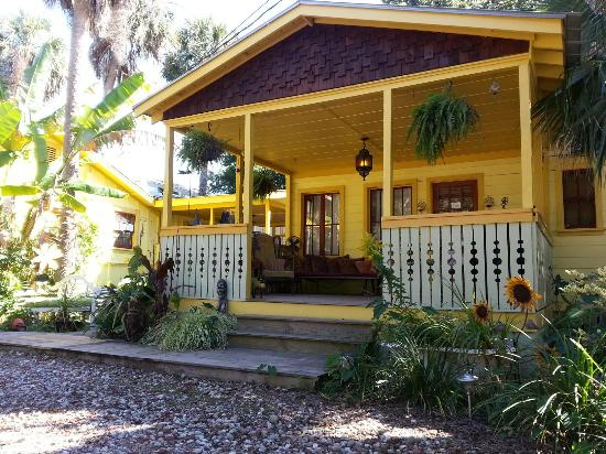 Beachside Boutique Inn: Quirky Cottage has 70's, shabby shic and tree house rooms