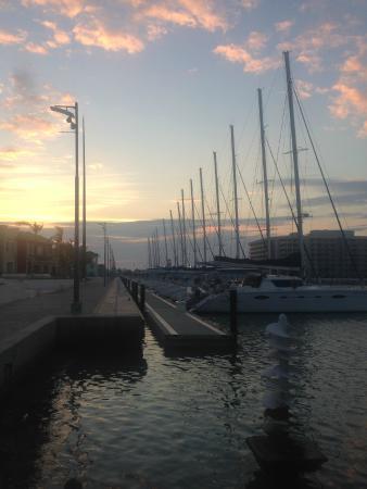 Vue matinale de la marina