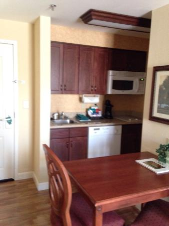Homewood Suites by Hilton Lexington - Hamburg: Wood floor kitchen