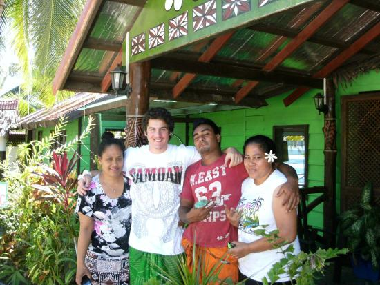 Va-i-Moana Seaside Lodge: with a part of the lovely staff