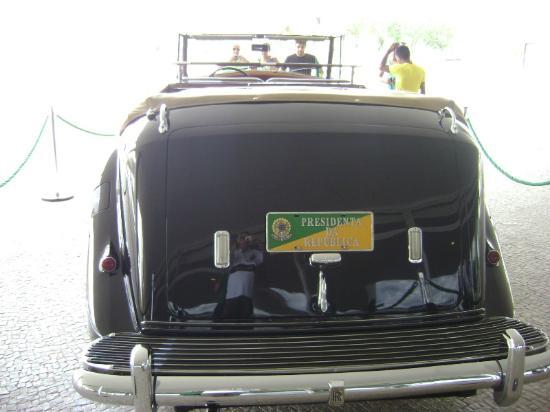 Veículo presidencial estacionado no Palácio do Planalto.