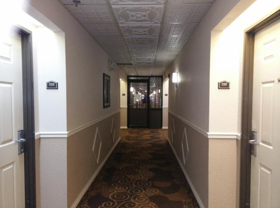 BEST WESTERN PLUS Lubbock Windsor Inn: Glass Door Dividing Smoking Area