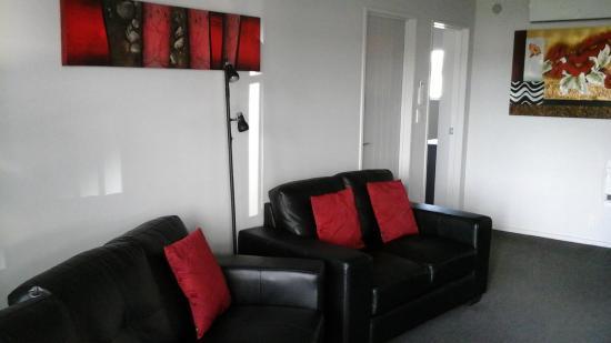 Oamaru Motor Lodge: Salon avec deux canapés