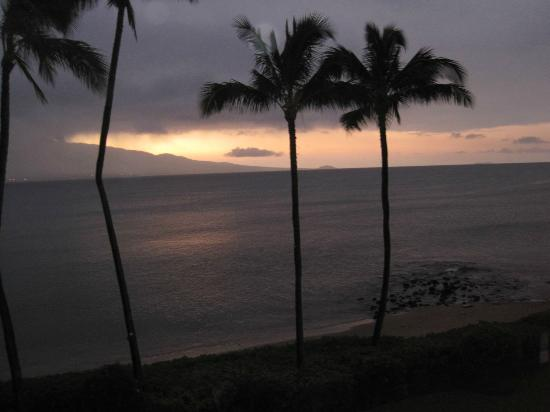Maalaea Banyans: Beautiful sunset from lanai; typical every night!