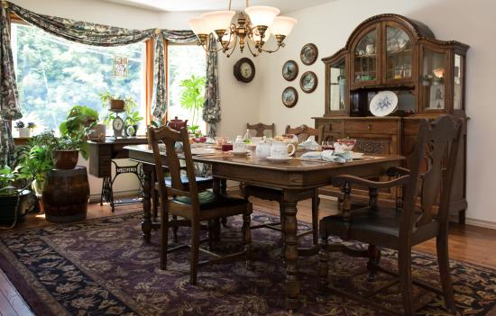 Cobble House Bed & Breakfast: Welcome to our dining room between 7 - 9 am