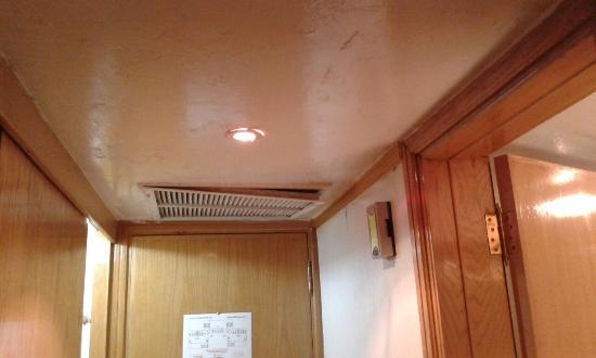 Ramada Kuwait: la rejilla del aire acondicionado se caía del techo cada vez que cerraba la puerta.
