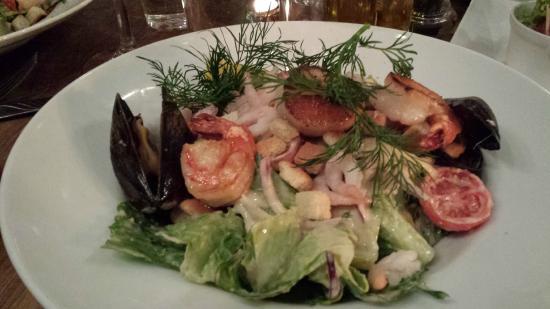 Djursholm, Sverige: Caesarsallad med grillad pilgrimsmussla, scampi & räkor