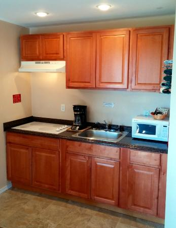 Silver Sands Oceanfront Motel: Renovated Kitchenette