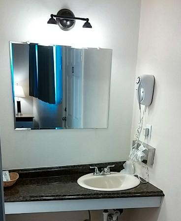 Silver Sands Oceanfront Motel: Bathroom sink w/ Dryer