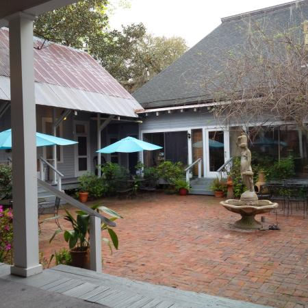 St. Francisville Inn: Picture is the view of courtyard and main house from our room.