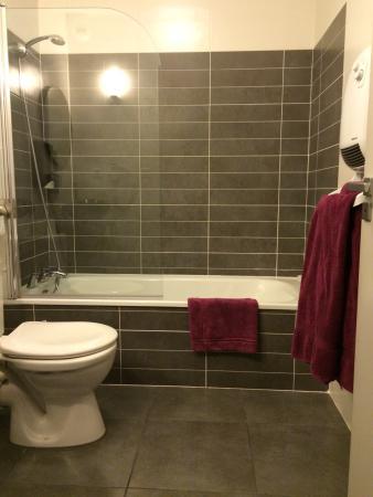 La sdb avec baignoire . - Photo de Hotel des Arts, Nègrepelisse ...