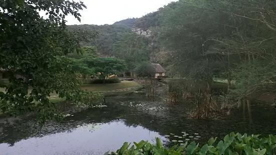 Wellvale Private River Resort : De cottages liggen om een grote vijver heen en vlakbij de rivier.