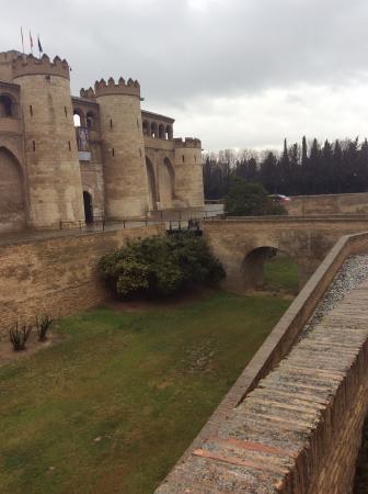 Jardines aljafer a picture of palacio de la aljaferia for Jardin zaragoza