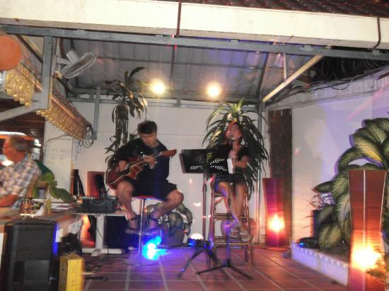 Divers Hotel : Great music on barbaque night.