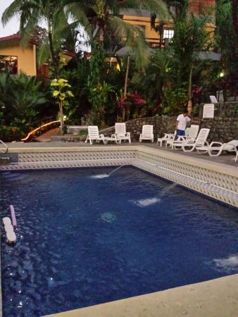 Hotel Mimos: Pool in the evening