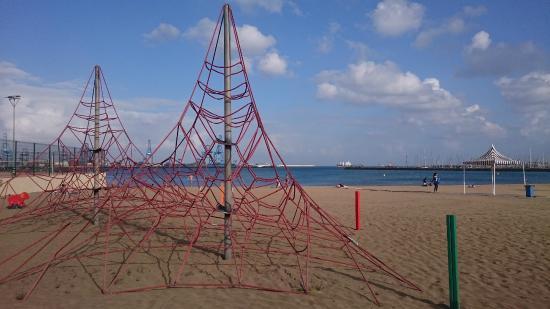 Playa de Las Alcaravaneras : Pyramide sur la plage de las alcavaneras