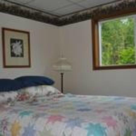 Daniels Lake Lodge Bed & Breakfast: Wildflower Room