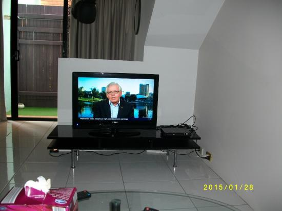 Bonapartes Serviced Apartments : Flat screen TV with dvd player