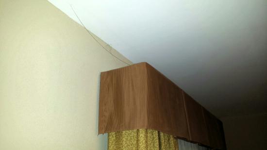 Hampton Inn & Suites Southern Pines-Pinehurst: Spider webs in my room