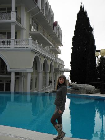 Вид бассейна и главного корпуса отеля